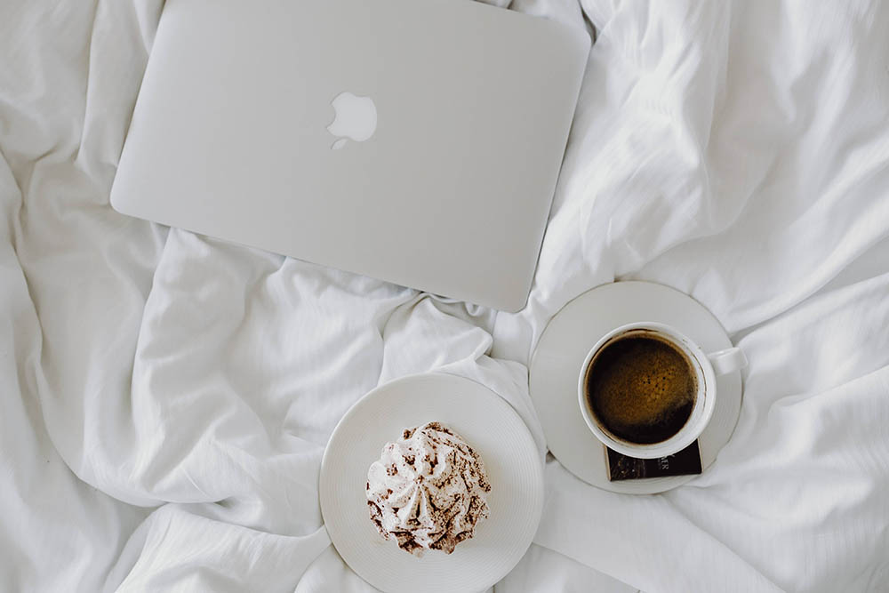 photo kaboompics_Macbook a coffee a chocolate a meringue dessert and a notebook in a bed_zpsaurpl3a1.jpg